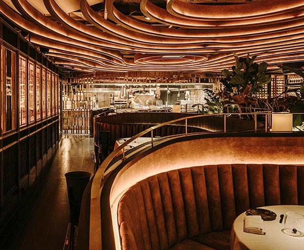 La escultura luminosa del echo protagoniza la sala principal del restaurante Leña
