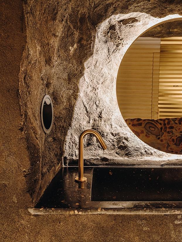 El lavamanos se ha escabado en una piedra