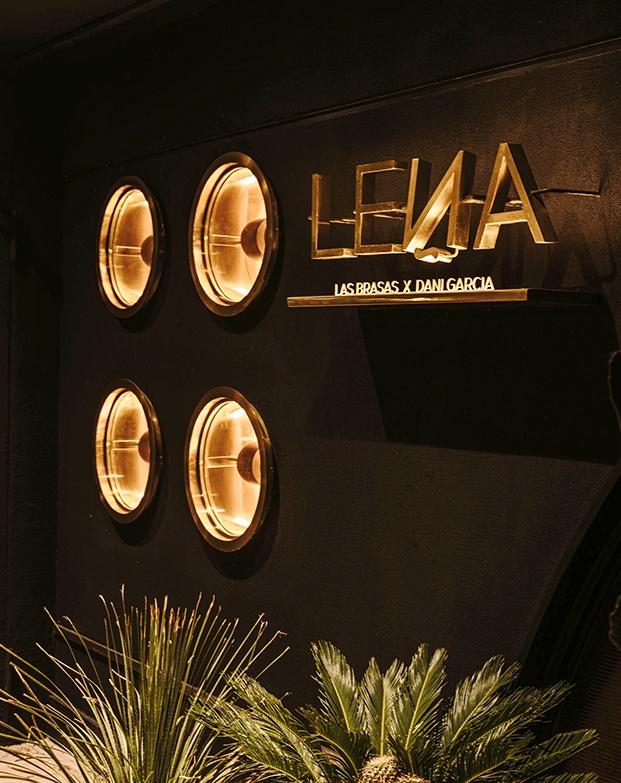 Fachada del resatuante Leña en Marbella del chef Dani García