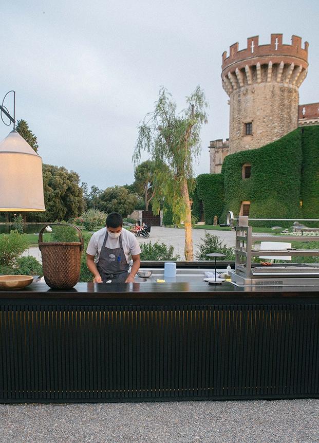 Shiro el nuevo restaurante efímero del chef Paco Pérez decorado por Sandra Tarruella en los jardines del Castell de Peralada