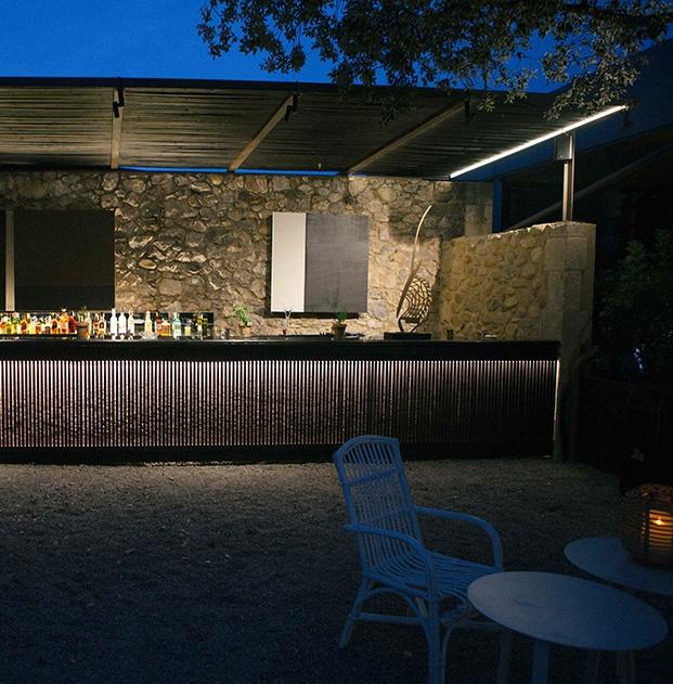 Además de la terraza el estudio TarruellaTrenchs con la interiorista Sandra Tarruella como directora creativa han creado y decorado yna zona de bar en el Shiro