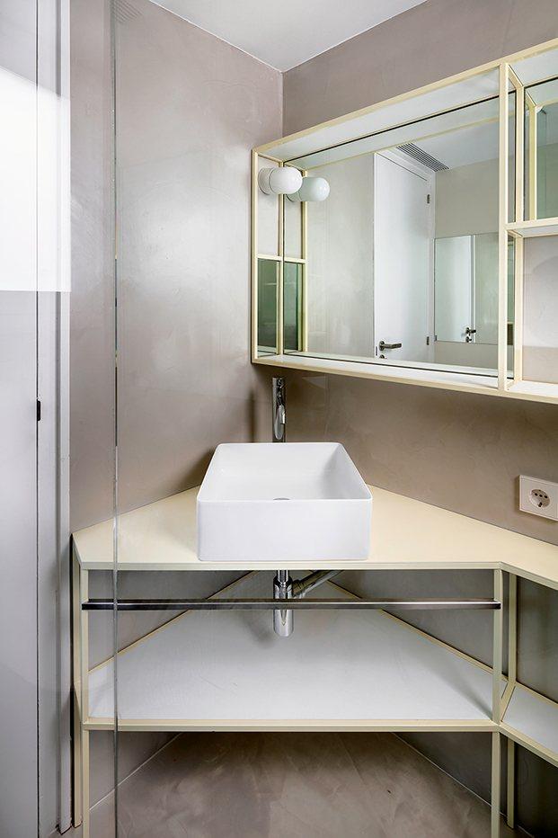 Un lavabo en esquina contribuye a amortizar el espacio