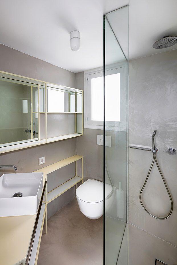 el pequeño tamaño del baño ha exigido una complejidad de ideas y un estudiado diseño interior