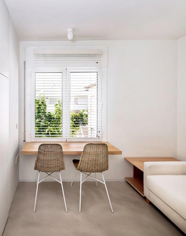 La fachada sur se asoma a una zona de árboles, todos los muebles del apartamento de Altafulla han sido diseñdos a medida por el interiorista Agustín Costa