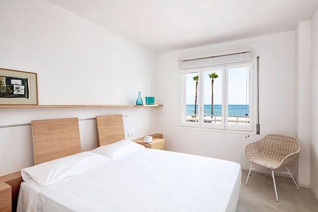 La habitación principal del apartamento en Altafulla con preciosas vistas a la playa