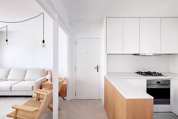 Tras derribar un tabique, se ha eliminado el pasillo y la cocina del apartamento en ALtafulla comparte espacio con el salón comedor