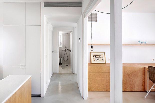 Vista de los nuevos espacios del apartamento en Altafulla presididos por el color blanco y la madera de pino