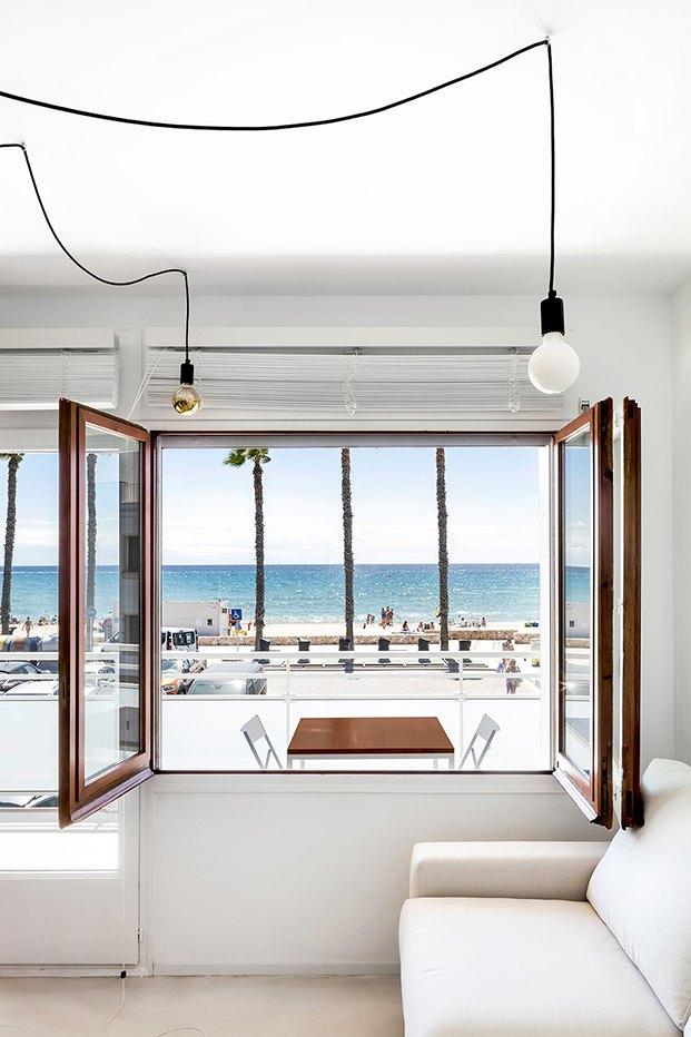 Vista de la terraza, desde el salón y de la playa y el mar que se encuentra enfrente.