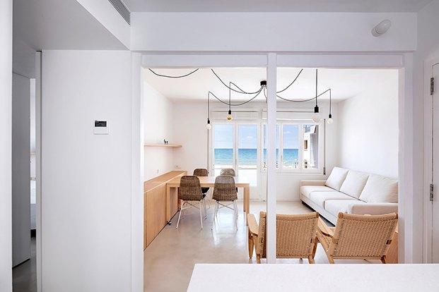 La vista del mar protagoniza el salón comedor en el apartamento de playa de ALtafulla. Al fondo la terraza que es el corazón de la casa.