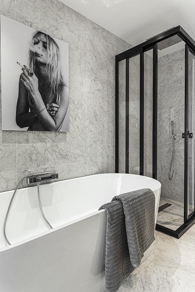 Detalle de la ducha y la bañera del cuarto de baño del dormitorio principal realizado en marmol de Carrara