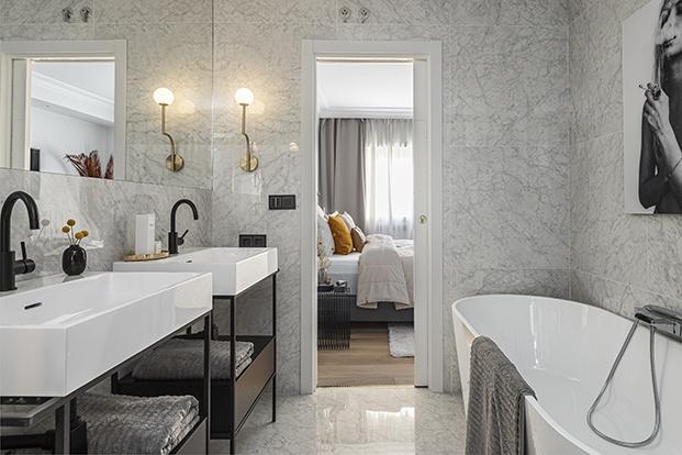 Vista del baño del dormitorio principal del piso señorial madrileño, Cuenta don doble lavabo, ducha y bañera