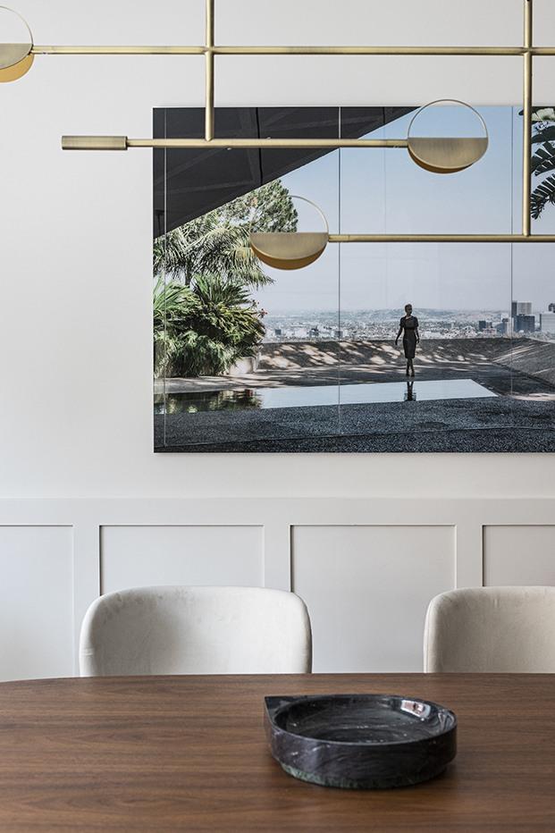 El comedor de este piso señorial madrileño está presidido por una fotografía de la serie California Dreaming, que retrata casas que han sido símbolo de modernidad e iconos de diseño