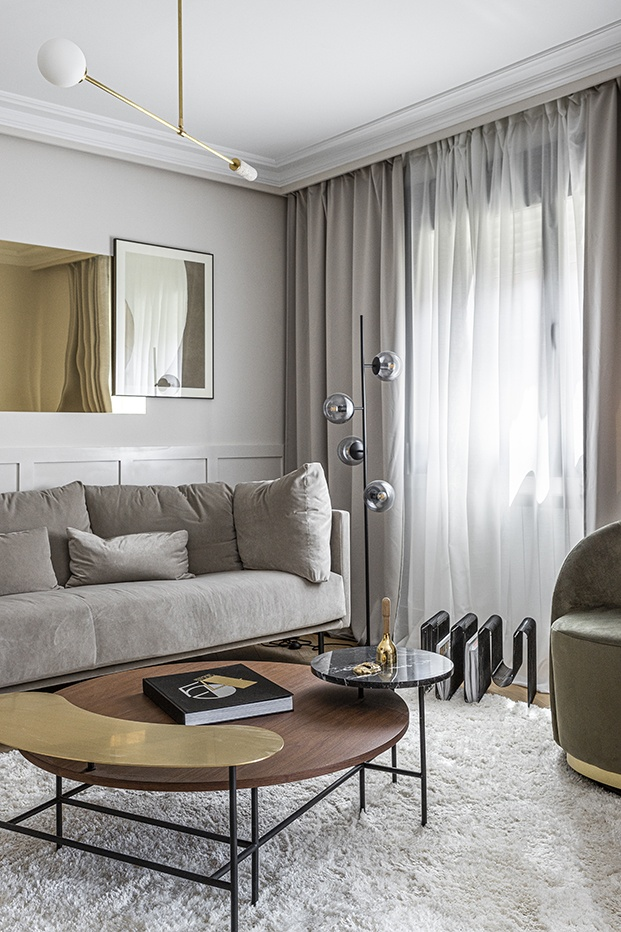 Vista de la zona de estar del salón del piso señorial madrileño en la que se busca la geometría y una armonía cromática con el gris como protagonista
