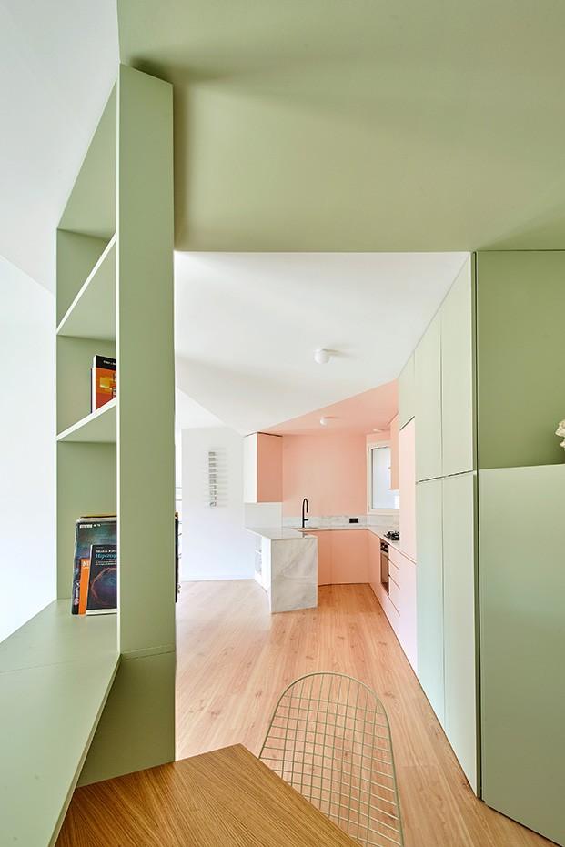 Sobreático verde, rosa y sin puertas en Barcelona, proyectado por AMOO