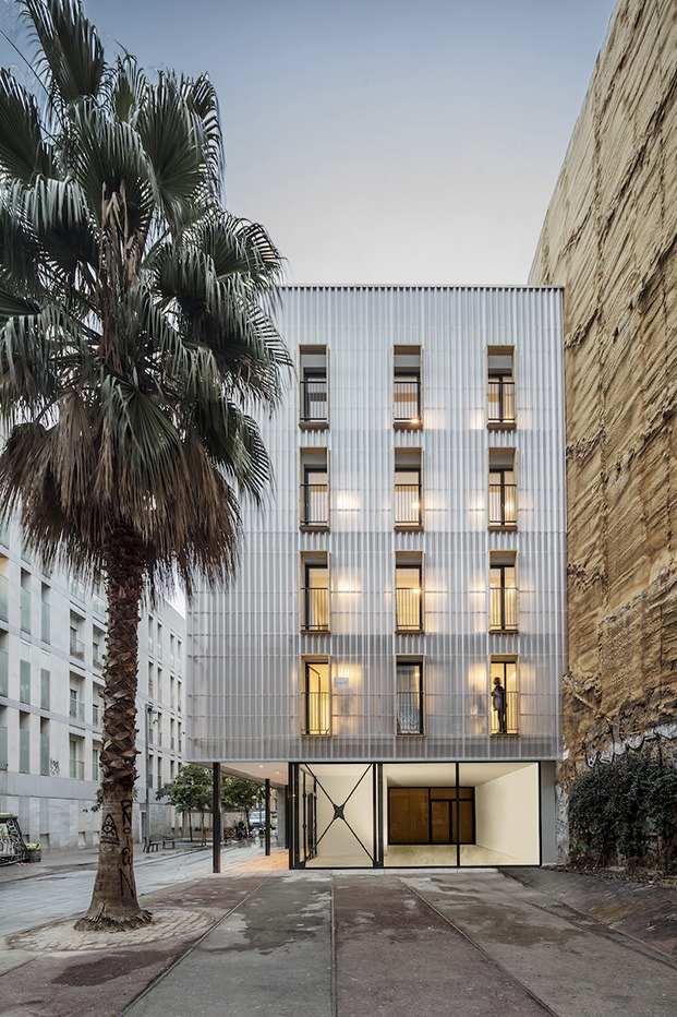 APROP. Straddle3, Eulia Arkitektura y Yaiza Terré Estudi d'Arquitectura. Programa APROP (Alojamientos de proximidad provisionales) en el barrio de Ciutat Vella.