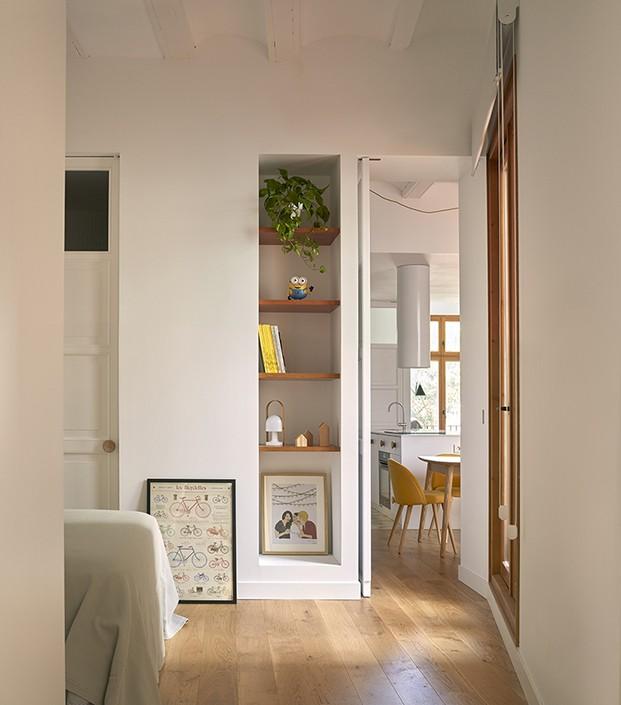 Zona de estar del salón con la cocina al fondo