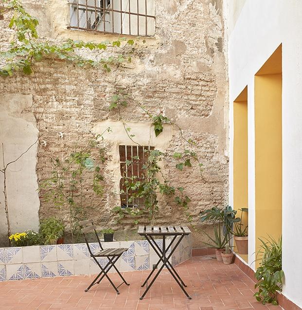 El patio interior de la vivienda centenaria al que se abren todas las habitaciones. La jardinera está hecha con baldosas recuperadas de la antigua vivienda