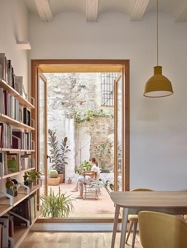 El patio, que conserva las huellas del tiempo en esta vivienda centenaria del hirstórico barrio de El Carmen, es el corazón de la vivenda
