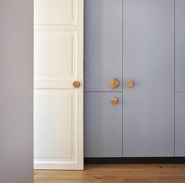 En el domitorio se alternan los armarios en blanco y en gris