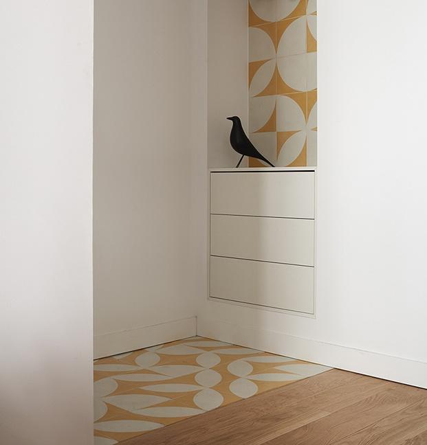 El suelo de la vivienda centenaria es de madera natural. Para los baños se ha elegido un pavimento de baldosas hidraúlicas con dibujos geométricos