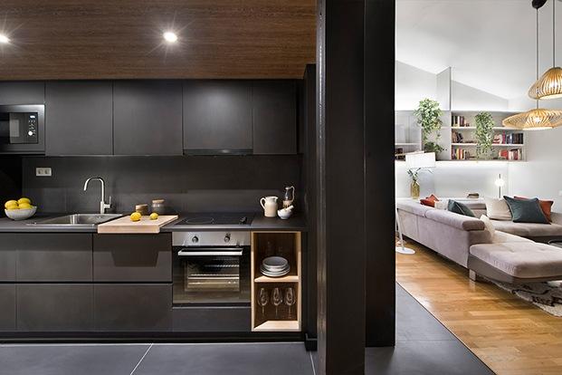 Un prisma negro separa los espacios y acoge la cocina
