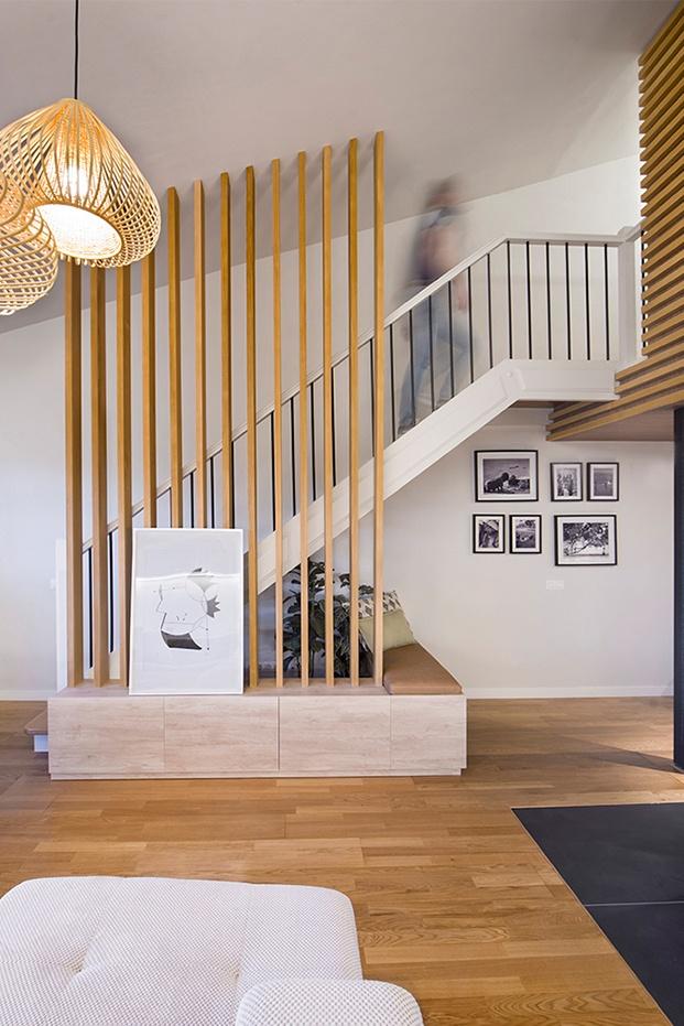 Vista del mueble, banco diseñado a medida para unificar los ambientes. La celosía de listones de roble aporta personalidad al espacio