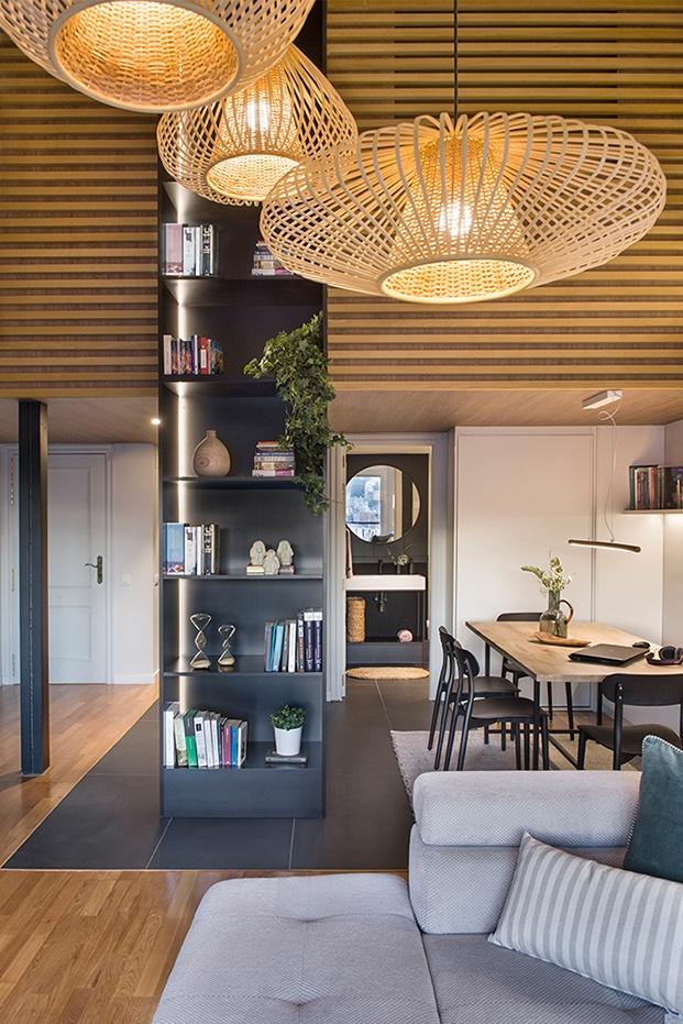 Lámparas de Ikea, una estantería realizada a medida, separa y unifica los distintos ambientes del salón comedor