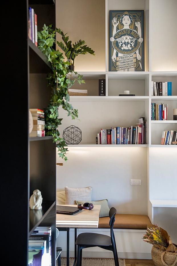 Los contrastes entre el blanco y el negro y las distintas texturas dan personalidad al ático reformado por Egue y Seta en Barcelona