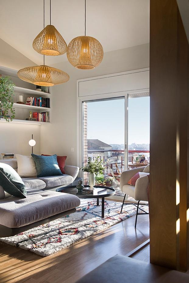 Zona de estar abierta a la terraza con bonitas vistas