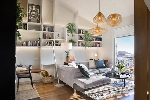 Vista de la zona de estar en la que destaca la librería blanca creada a media por los arquitectos