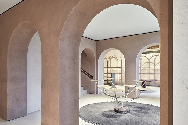 El emblema de la firma, el clásico arco de su ciudad de origen Bolonia inspira el proyecto de  Furla renovada por David Chipperfeld en la plaza del Duomo de Milán