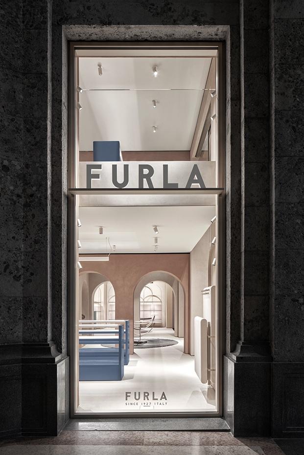Fachada de Furla renovada por David Chipperfeld en la plaza del Duomo de Milán