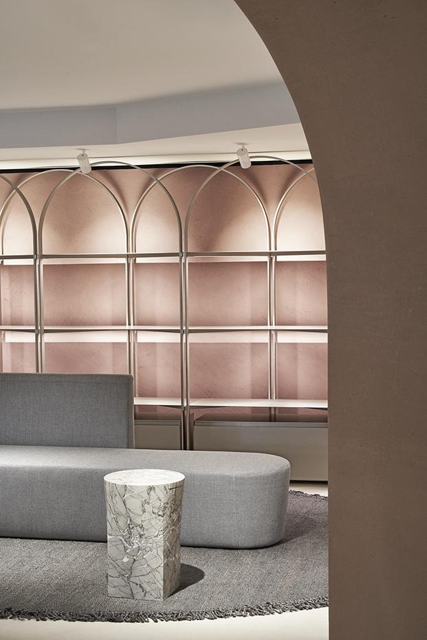 Tonos grises, rosas y líneas curvas marcan el interiorismo de la boutique de Milan reformada por David Chipperfield