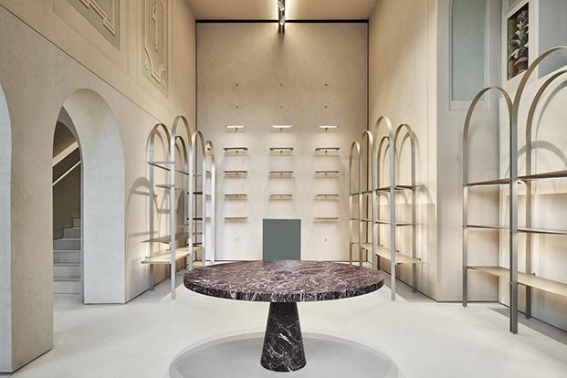 También  los muebles siguen la forma de arco en la boutique Furla renovada por David Chipperfeld en la plaza del Duomo de Milán