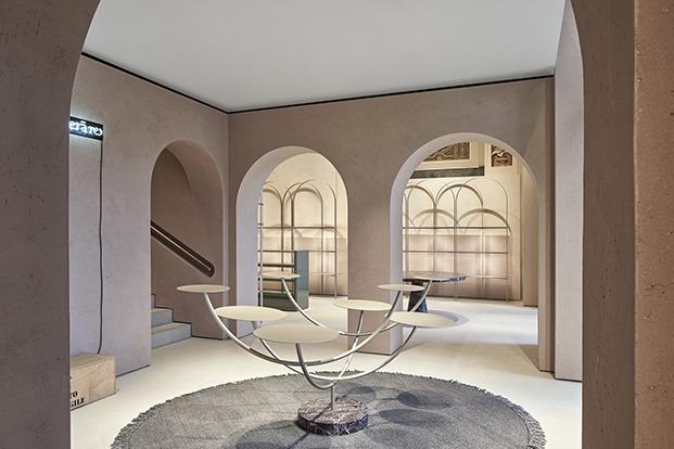 Entre la decoración llama la atención una mesa escultórica en forma de árbol que es un homenaje a los jóvenes talentos