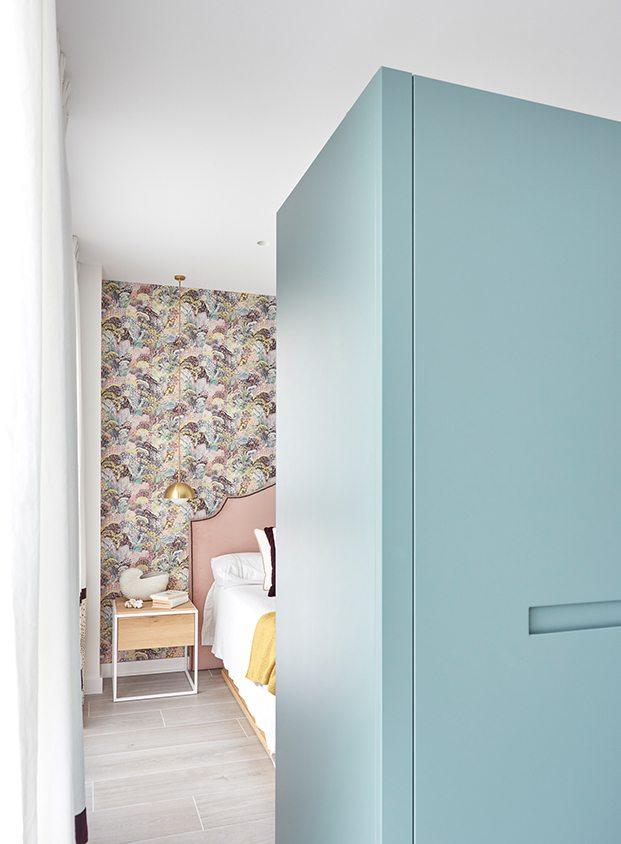 Vista del módulo armario que separa el vestidor de la zona de dormir