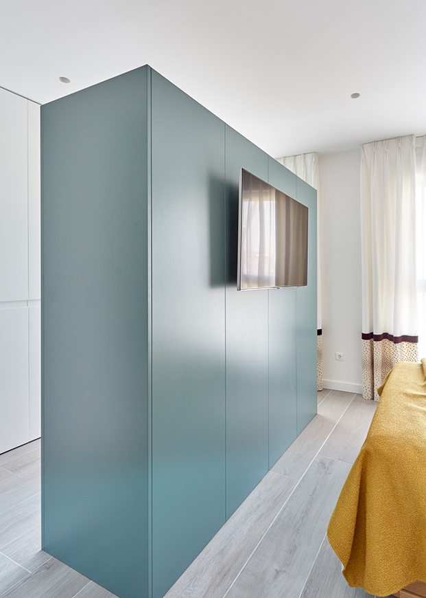 El mueble armario en la pared de la zona del dormitorio, acoge la televisón. No llega al techo para no interrumpir el paso de la luz