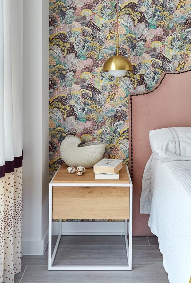 Vista de las mesillas de Ethnicraft y la lámpara y el cabecero diseñados por los interistas de Deleite Design para el apartamento en Madrid
