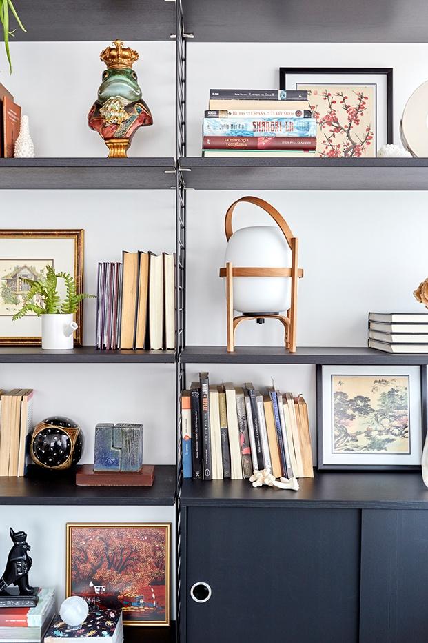 La lámpara Cesta de Miguel Milá en la estantería modular de diseño sueco, Strinberg