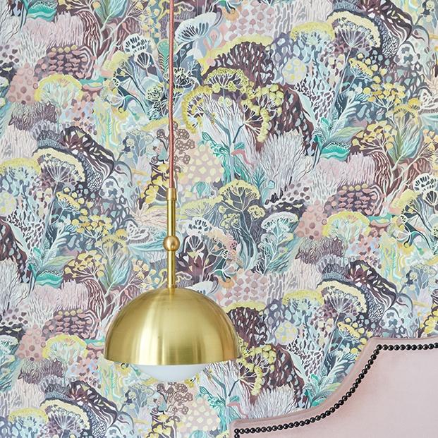 Detalle del papel pintado y de la lámpara todo diseño de Deleite Design para el apartamento en Madrid