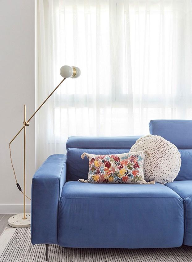 La nota de color en el salón la pone un sofá de terciopelo. La lámpara y los textiles se han diseñado a medida por Deleite Design para el apartamento