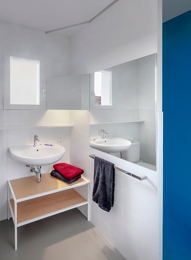 Vista del cuarto de baño, discreto y funcional