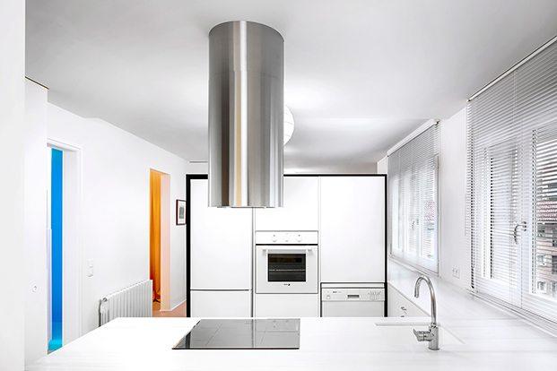 La cocina, con mobiliario de mealmina blaca diseño del interiorista