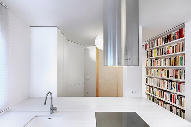 Los libros llegan hasta la cocina en la vivienda del escritor