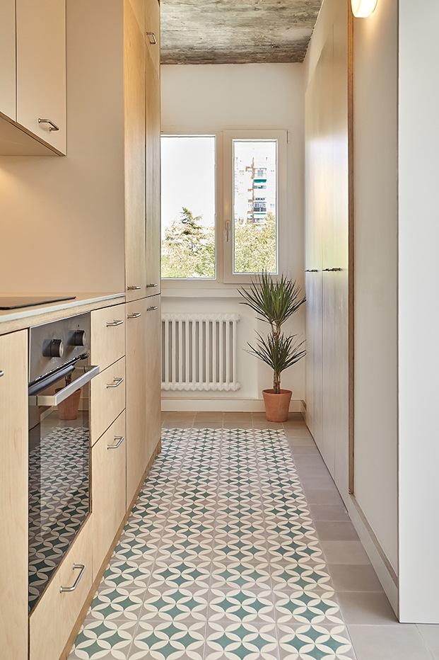 La luz natural baña todos los ambientes del apartamento brutalista reformado por MINIMO