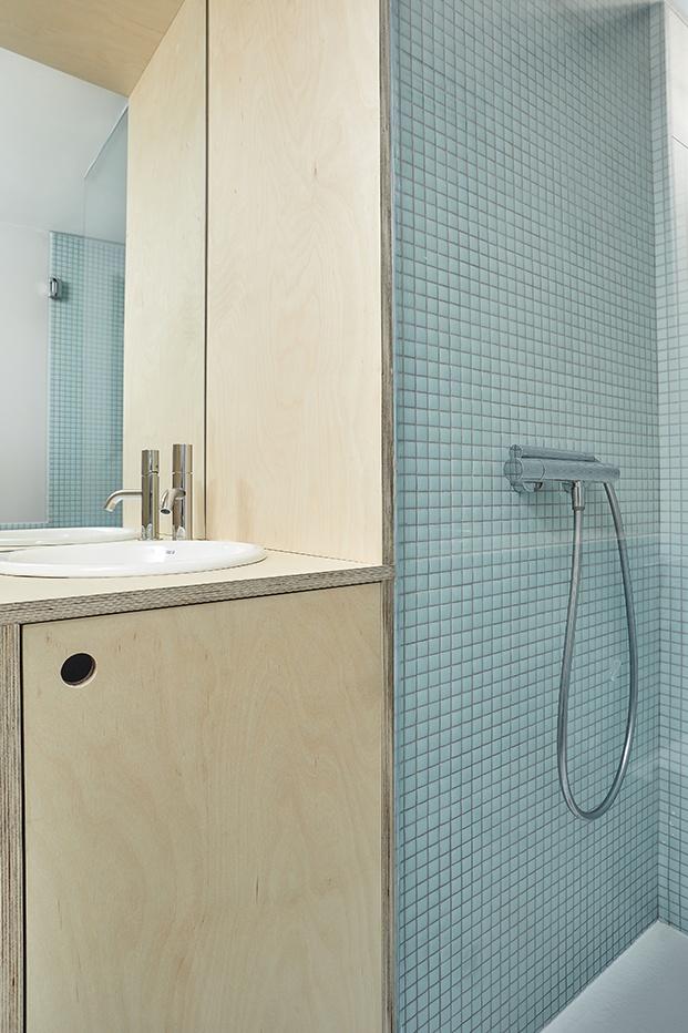 La zona de ducha, junto al área de lavabo