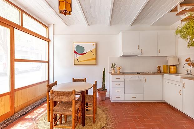 La zona de comer del dúplex de Barcelona decorado por Alex March se integra en la cocina