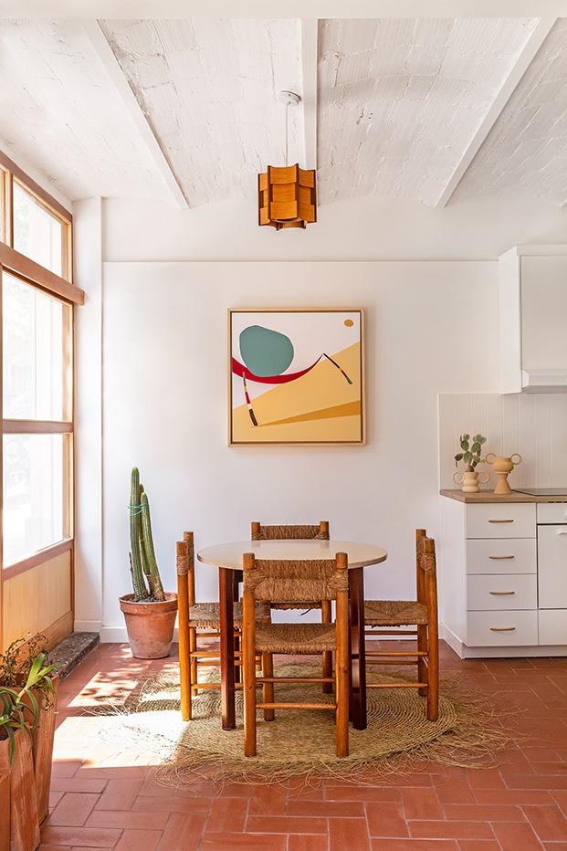 En el comedor: sillas de comedor francesas Dordogne,  creadas en los 50 de la gran arquitecta y diseñadora, Charlotte Perriand y la mesa de comedor años 60, en madera con sobre de cerámica esmaltada en blanco.