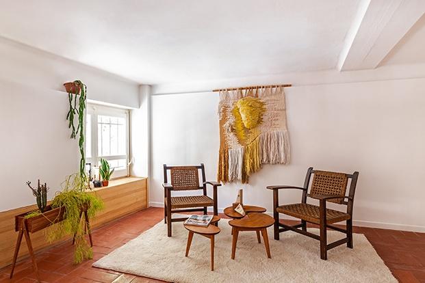 Un tapiz de macramé presidé la zona de estar y lectura del dormitorio. La butacas son de 1934 de Torrés Clavé.