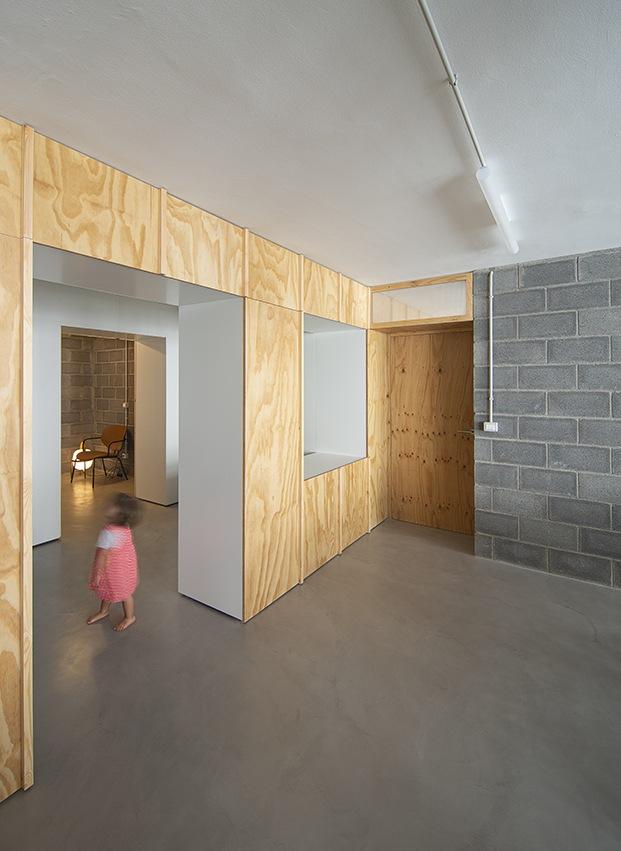 Los espacios se comunican y su uso es flexible, los materiales, madera y cemento.